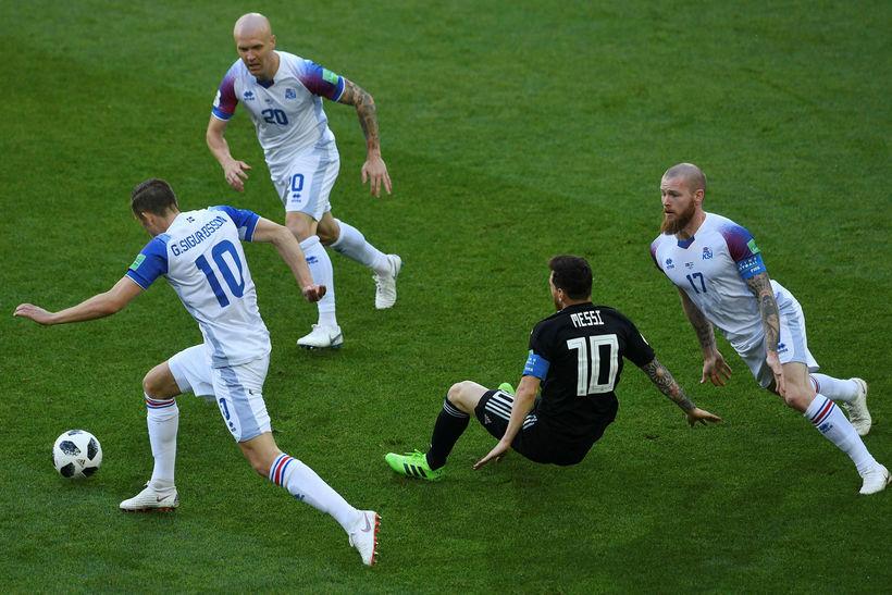 Lionel Messi (að falla til jarðar) bíður lægri hlut í ...