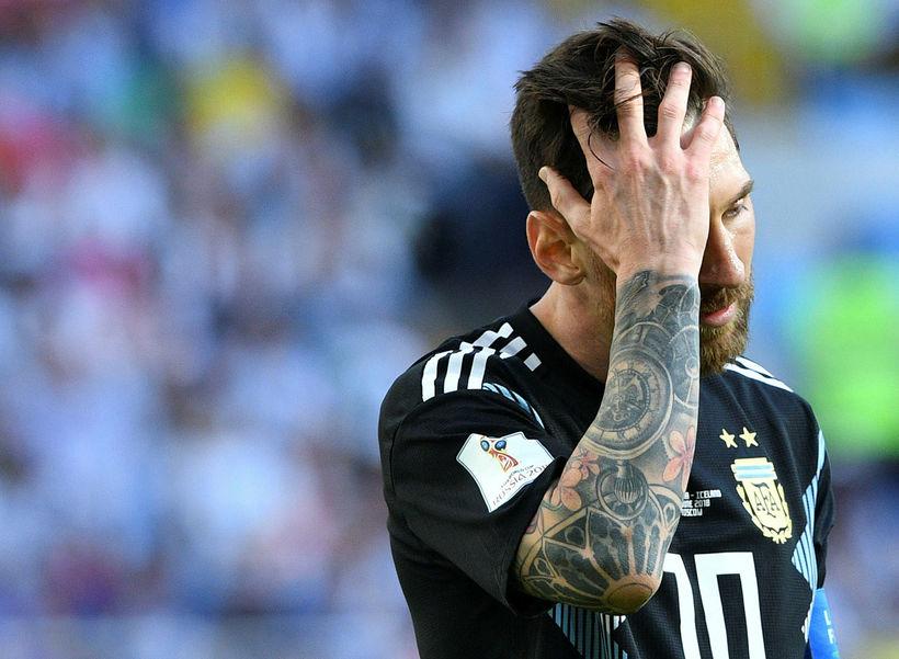 Messi gengur niðurlútur af velli eftir leikinn á móti Íslendingum ...