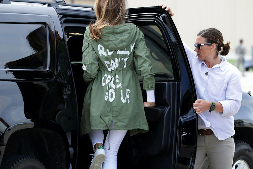 Melania Trump, forsetafrú, í jakkanum sem vakti mikla athygli.