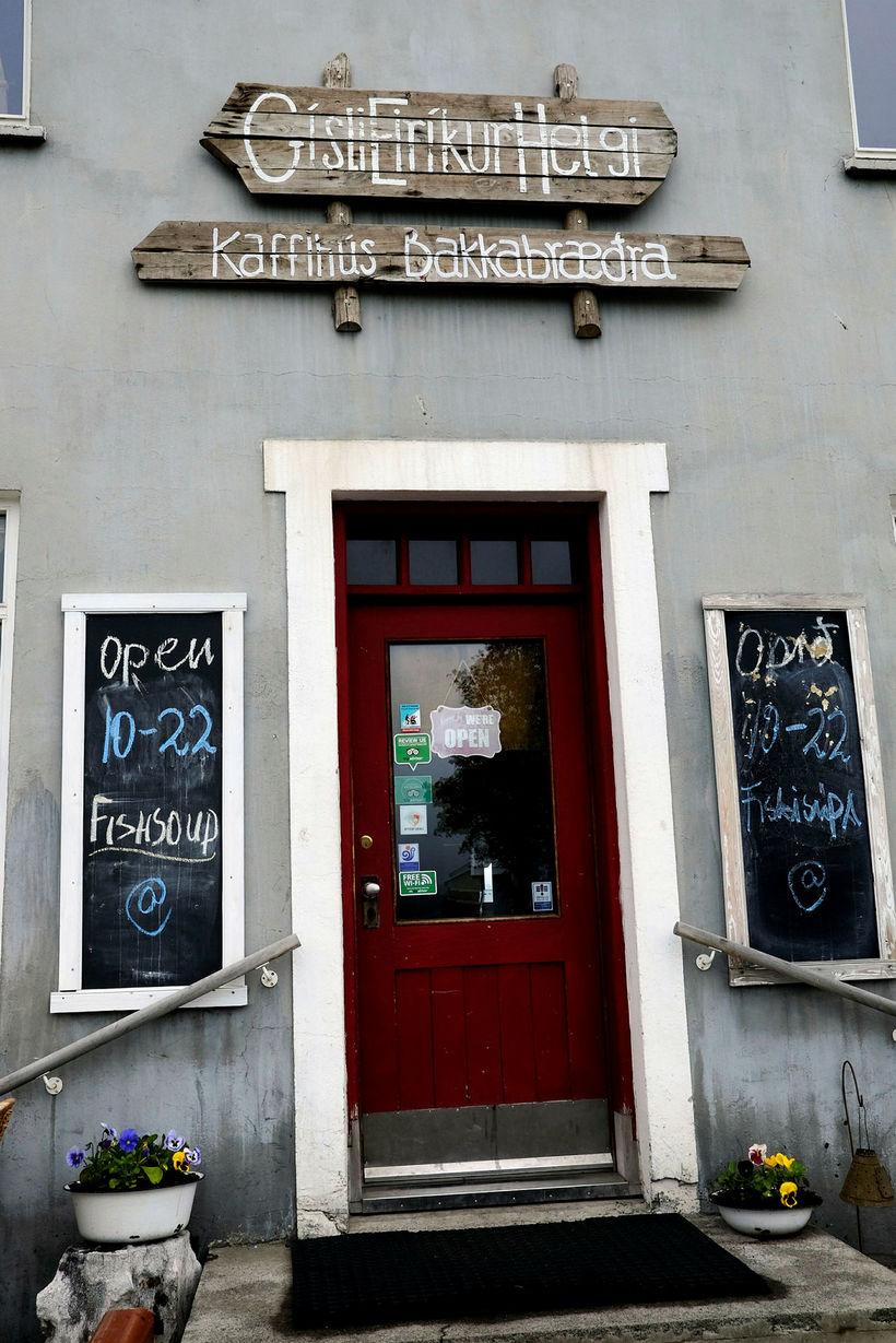 Kaffihús Bakkabræðra, Gísli, Eiríkur, Helgi, er á Dalvík og fer ...