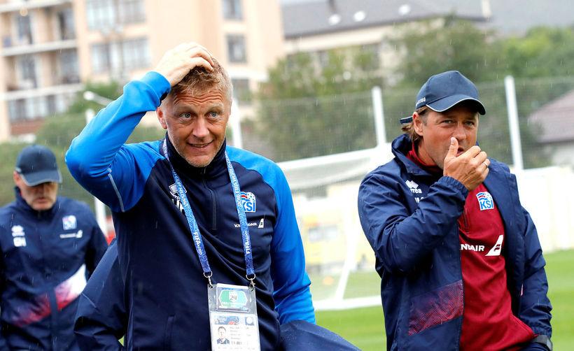 Heimir Hallgrímsson og Helgi Kolviðsson búa sig undir spurningar fjölmiðlamanna ...
