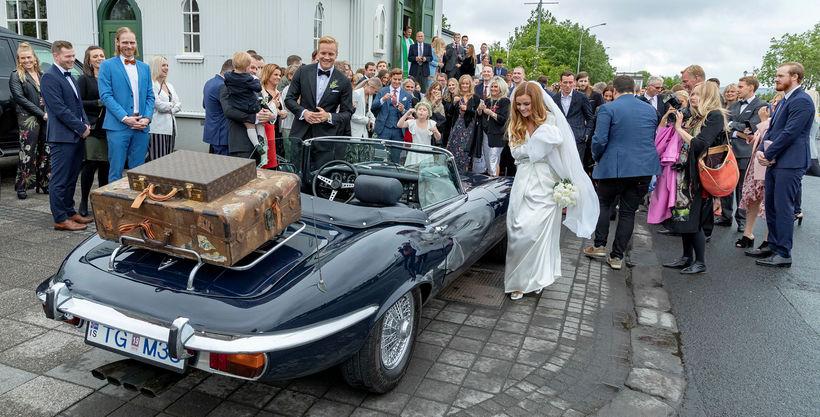 Hjónin keyrðu í burtu úr kirkjunni í glæsilegum Jaguar sportbíl ...