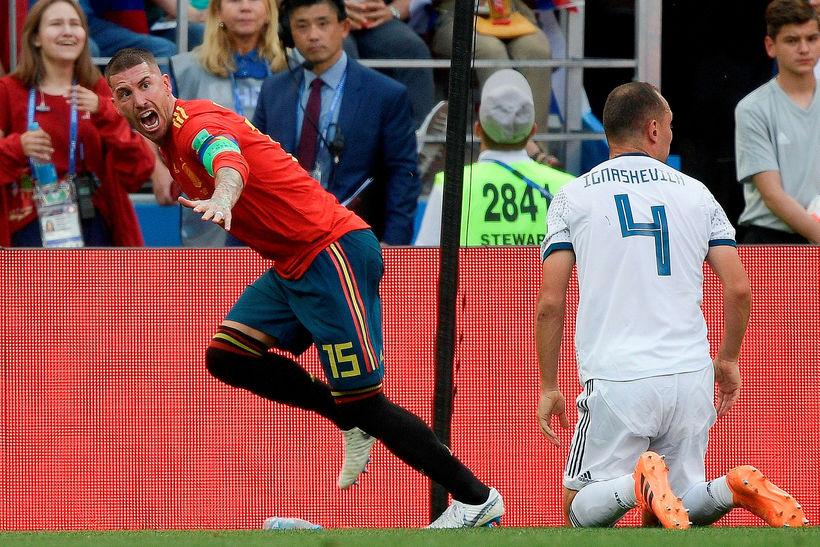 Sergio Ramos fagnar marki Spánverja í dag.
