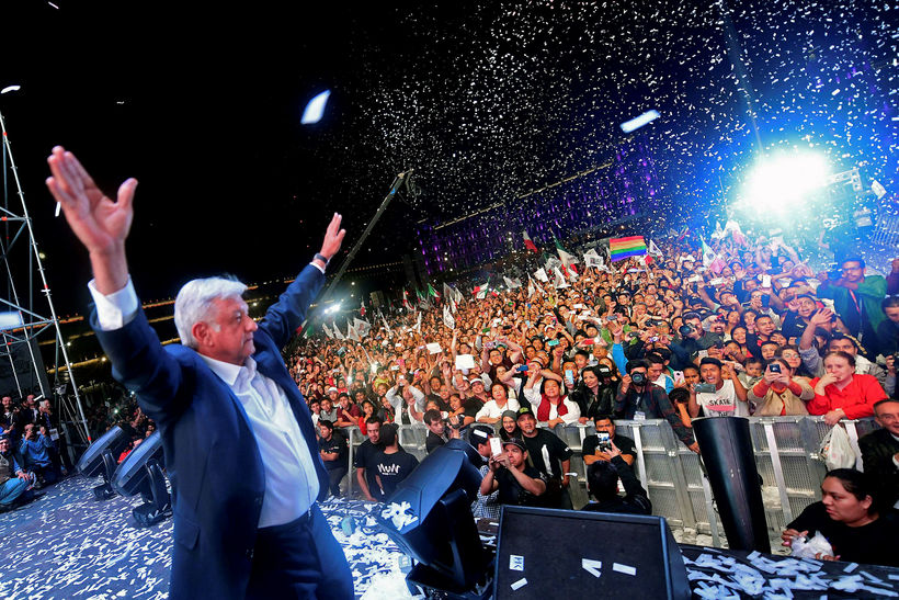 Andres Manuel Lopez Obrador fagnar sigri ásamt stuðningsmönnum sínum í ...