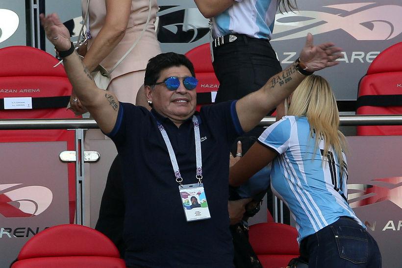 Maradona ásamt unnustu sinni á HM í Rússlandi.