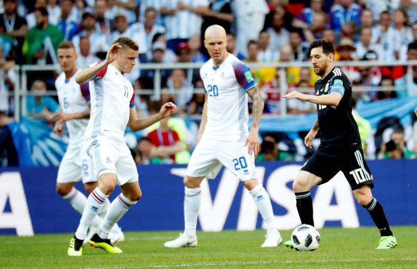 Alfreð Finnbogason og Emil Hallfreðsson í baráttu við Lionel Messi ...