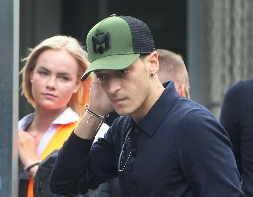 Mesut Özil við heimkomuna til Þýskalands eftir dapurt gengi á ...