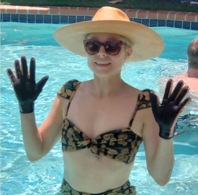 Kristen Bell er eiginlega með húfu og vettlinga í sundi.