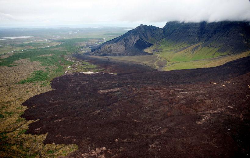 Búið er að opna veginn en fólk verður samt sem ...