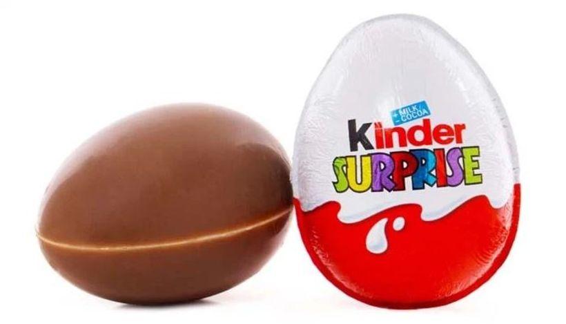 Hringurinn var falinn í Kinder eggi.