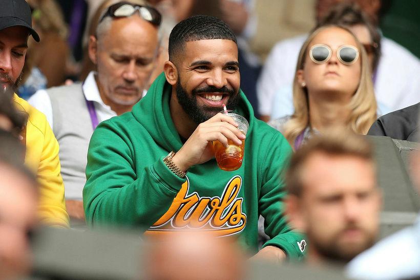 Drake sat fyrir miðjum velli og hvatti Williams áfram.