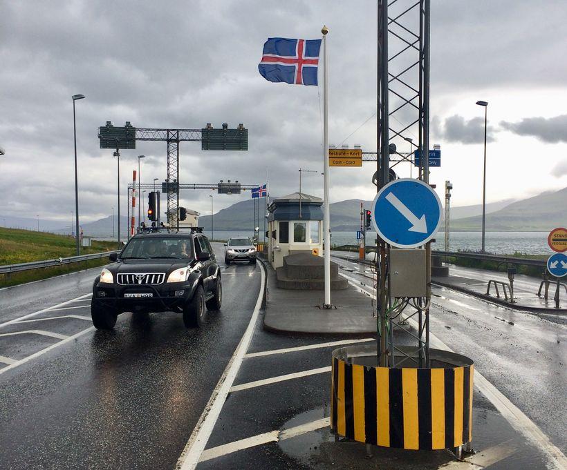 Flaggað er við Hvalfjarðargöng í dag en á þessum degi ...