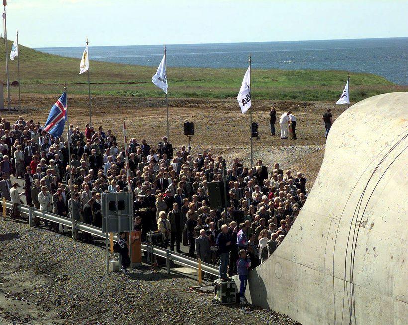 Fjöldi fólks var samankominn við opnun Hvalfjarðarganga 10. júlí 1998. ...