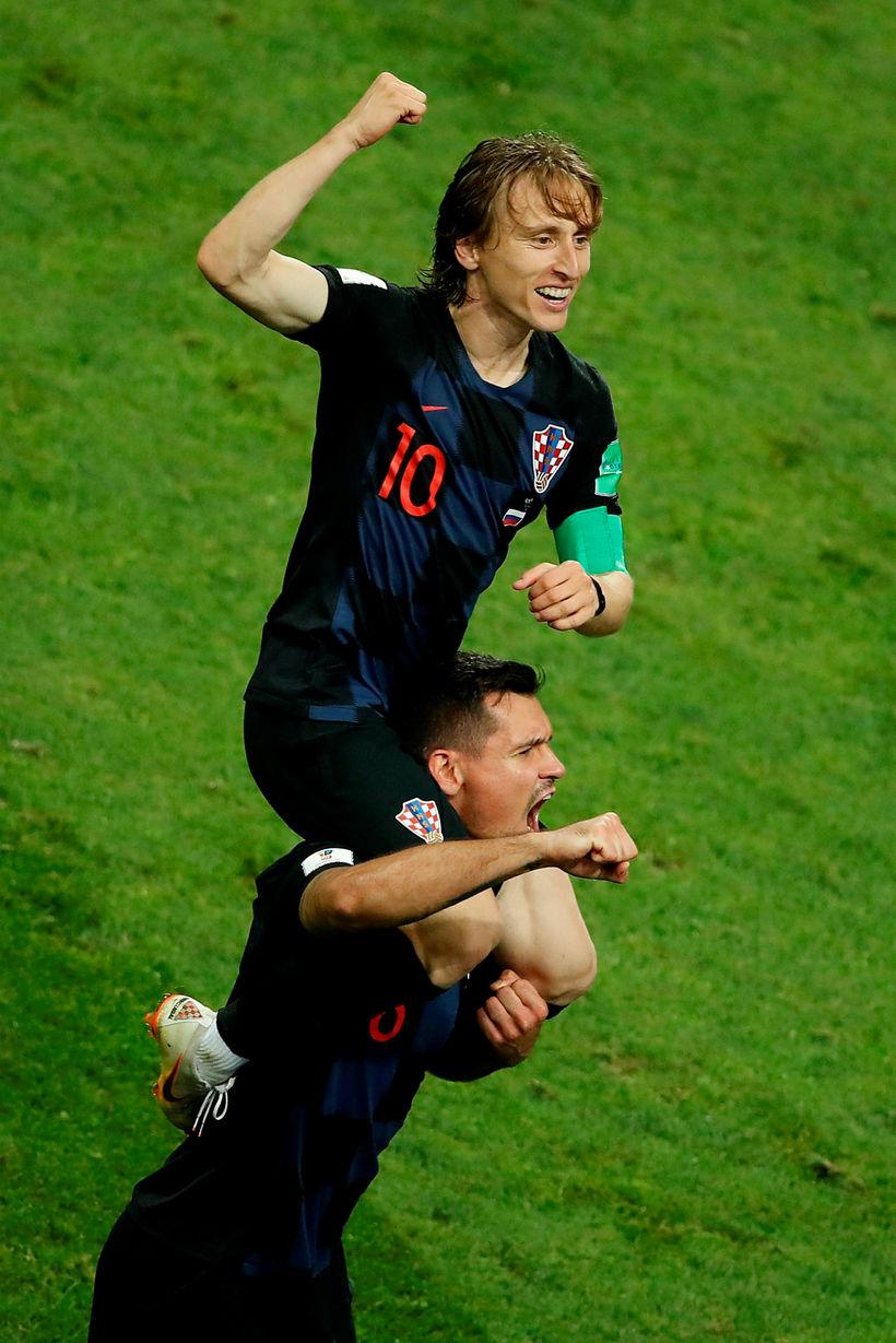 Luka Modric og Dejan Lovren fagna sigrinum gegn Rússum.