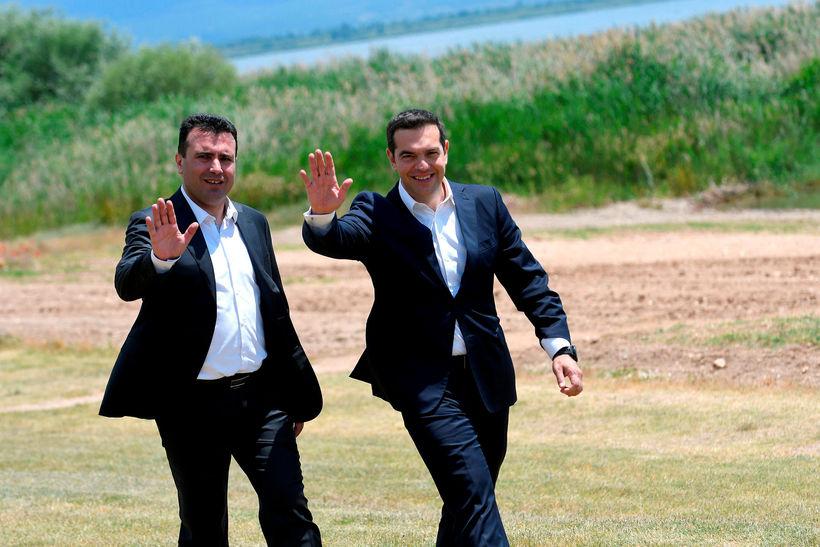 Zoran Zaev og Alexis Tsiparas, forsætisráðherrar Makedóníu og Grikklands, undirrituðu ...