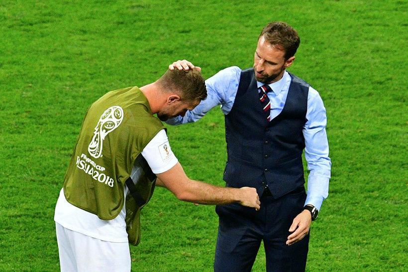 Gareth Southgate huggar Jordan Henderson.