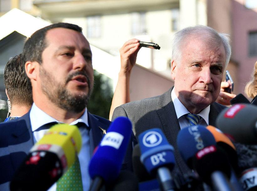 Salvini (t.v.) og Seehofer (t.h.) ræða við blaðamenn í borginni ...