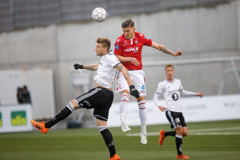 Eiður Aron Sigurbjörnsson í baráttu við Nicklas Bendtner.