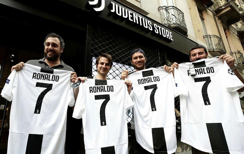 Stuðningsmenn Juventus með treyjur Cristiano Ronaldo.
