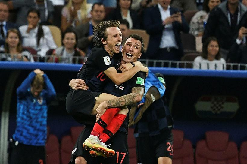 Luka Modric og Mario Mandzukic fagna eftir sigur Króata gegn ...
