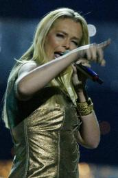 Esther Hart frá Hollandi syngur One More Night.
