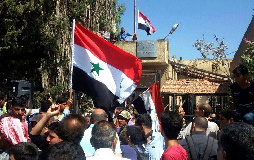Sýrlenski fáninn sést nú í Daraa í fyrsta skipti í ...