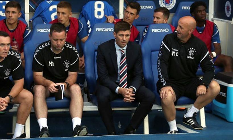 Steven Gerrard á hliðarlínunni í kvöld.