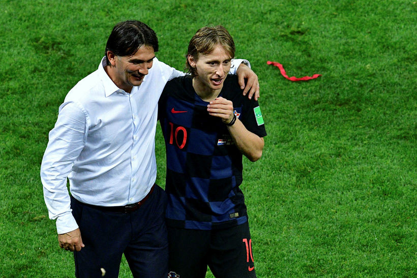 Zlatko Dalic og Luka Modric fagna sigrinum gegn Englendingum í ...