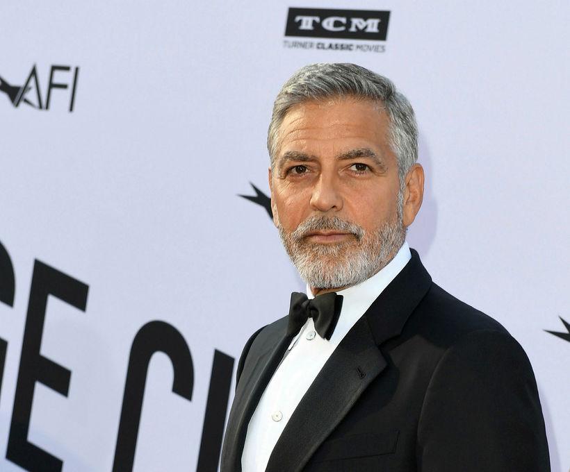 George Clooney byrjar daginn á kaffibolla.