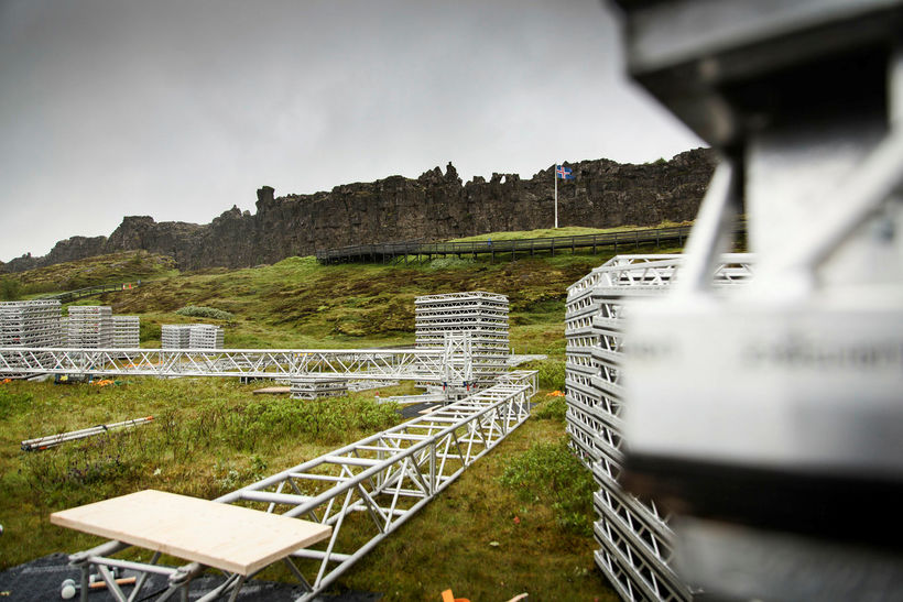 Undirbúningur fyrir hátíðarfund Alþingis við Lögberg á Þingvöllum er í ...