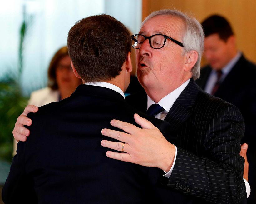 Jean-Claude Juncker fagnar komu Emmanuel Macron til leiðtogafundarins í vikunni.
