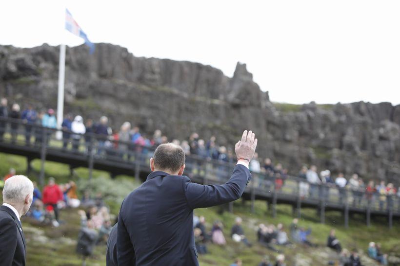 Forseti Íslands, Guðni Th. Jóhannesson, veifar til fundargesta.