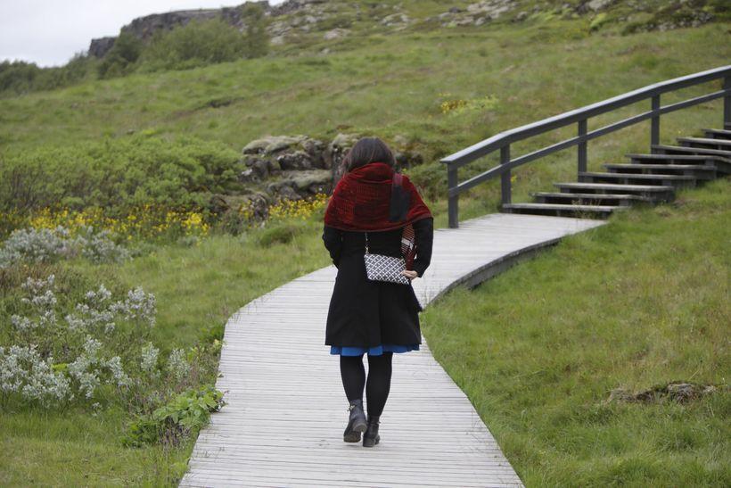 Helga Vala sést hér ganga burt frá hátíðarfundinum á Þingvöllum ...