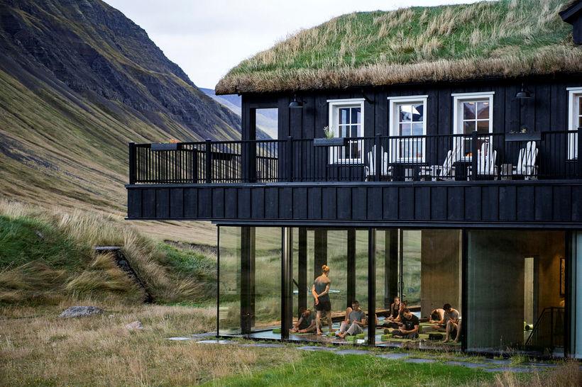 Boðið er upp á jóga og vellíðunarþjónustu á Hótel Deplum.