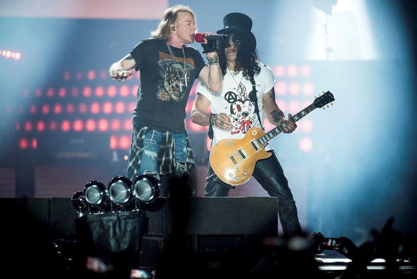 Axl Rose söngvari og Slash gítarleikari á tónleikum Guns N' ...