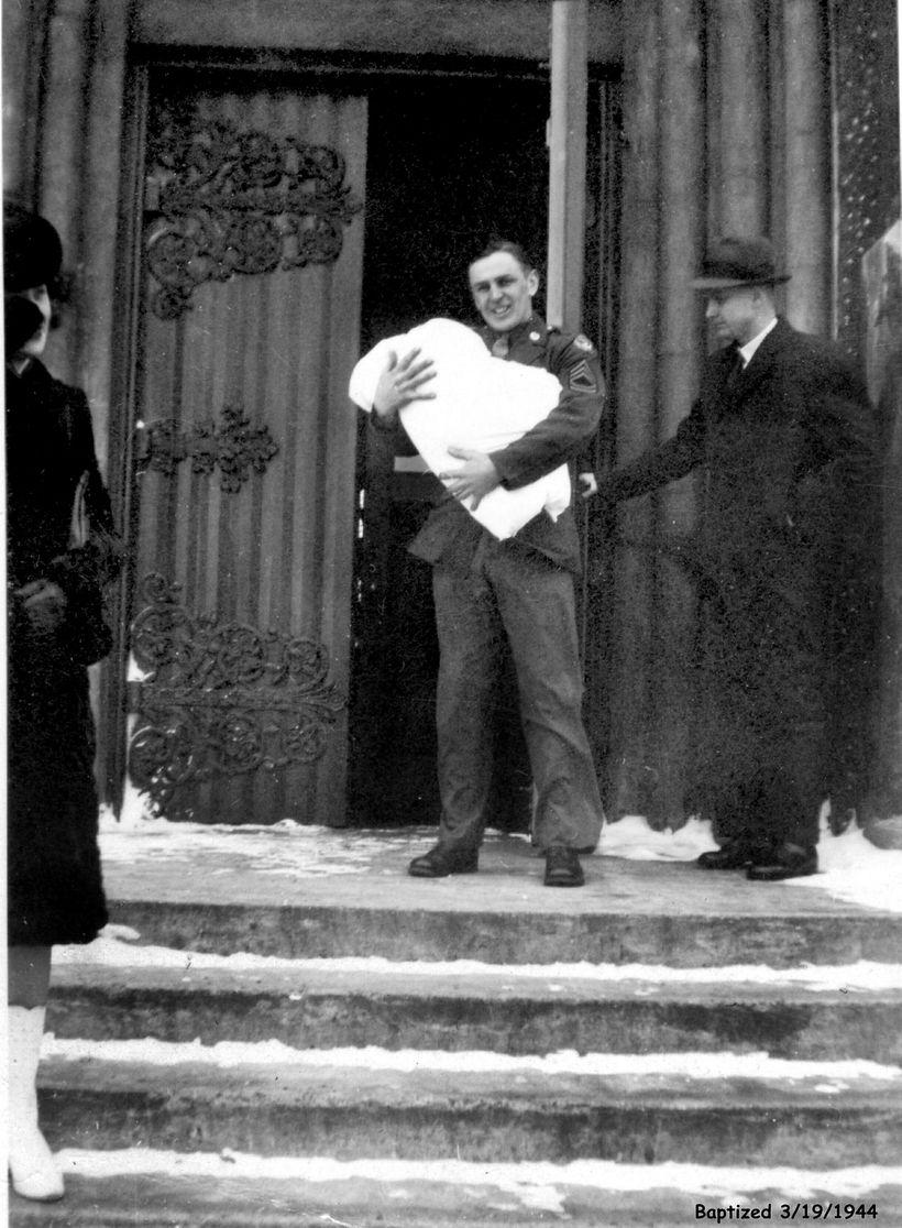 Hermanson með George litla Valdimar á tröppum Kristskirkju í mars ...