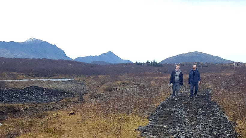 Gengið eftir þeim hluta göngustígsins sem hefur nú verið uppbyggður.
