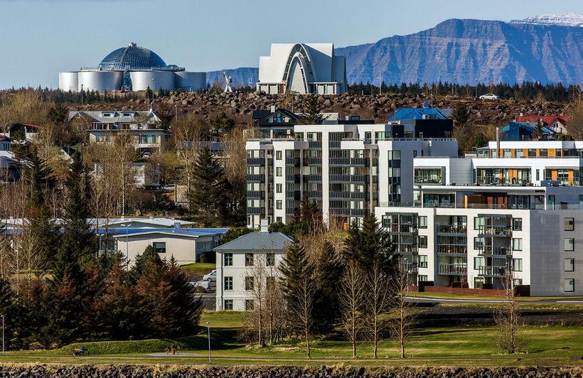Milli janúar- og desembermánaðar hækkaði verð fjölbýlis um 0,4% og ...