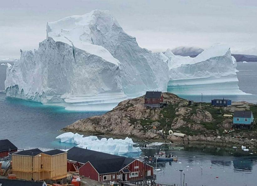 Ísjakinn hefur færst 400-600 metra í norðurátt síðan þessi mynd ...