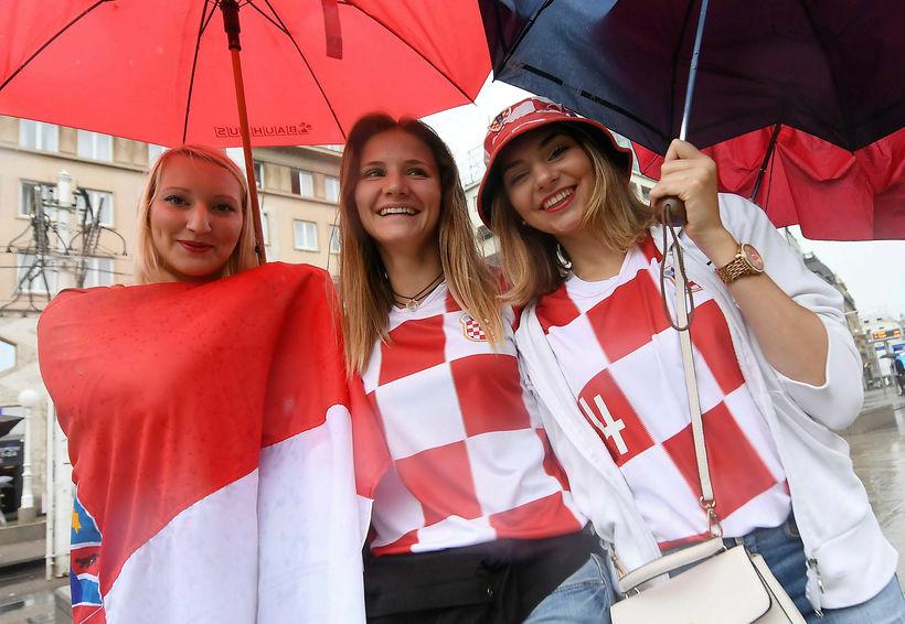 Stemning hjá króatískum stuðningsmönnum í rigningunni í Zagreb.