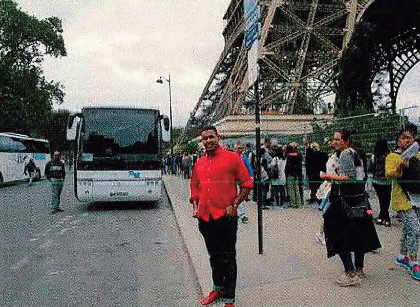 Omar Hichamy stendur hér við hlið Eiffelturnsins.