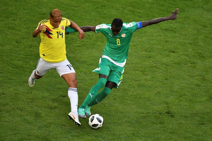 Cheikhou Kouyaté, til hægri, í leik með Senegal á HM ...