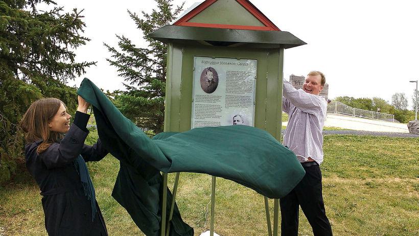 Katrín Jakobsdóttir and Joel Friðfinnson unveil a memorial for Sigtryggur ...