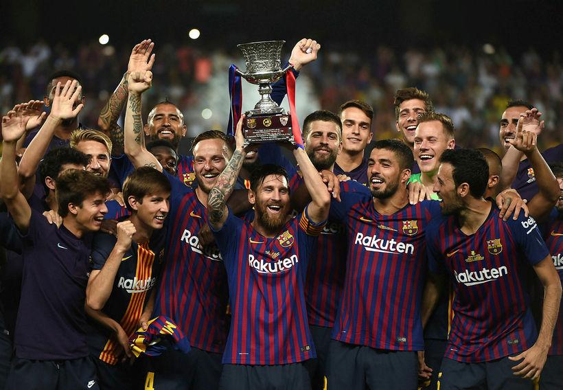 Lionel Messi, fyrirliði Barcelona, og félagar lyfta bikarnum.