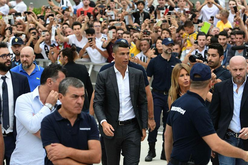 Cristiano Ronaldo umkringdur spenntum stuðningsmönnum Juventus er hann mætti til ...