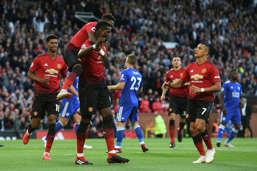 Paul Pogba fagnar marki sínu úr vítaspyrnu gegn Leicester á ...