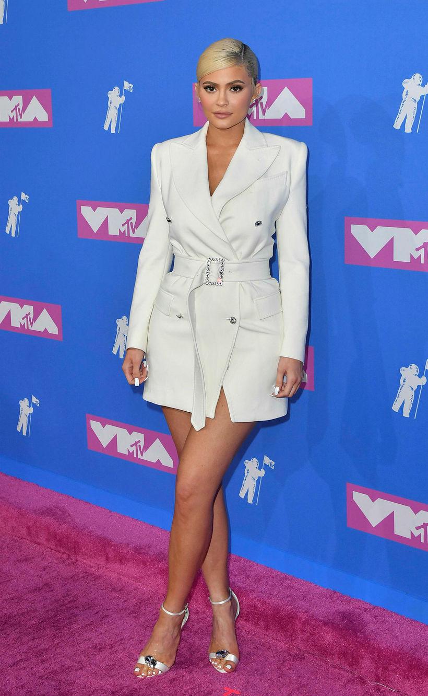 Kylie Jenner mætti í gullfallegum hvítum jakka.