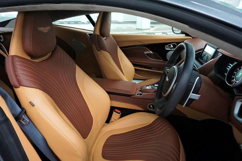 Vel fer um ökumenn og farþega í Aston Martin DB ...