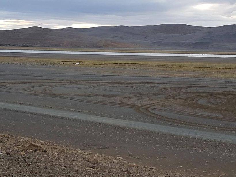 Hér má sjá för eftir utanvegaakstur við Grafarlönd á Öskjuleið ...