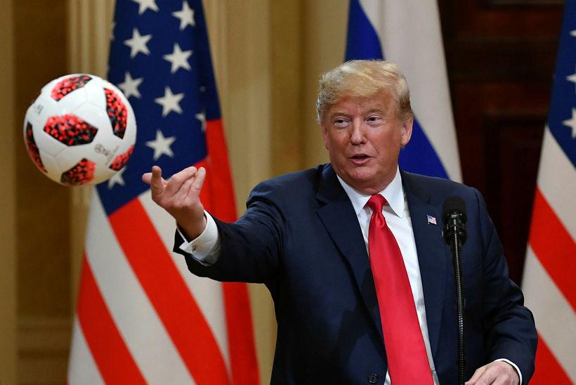 Donald Trump með HM-bolta með Pútín gaf honum í Helsinki ...
